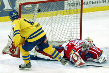 SWEDEN'S NORDGREN SCORES VICTORY GOAL ON CZECH REPUBLIC'S GOALTENDER SVOBODA DURING PENALTY SHOOTOUT ...