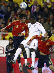 Spain's Ramos and Albiol fight for ball with England's Heskey during friendly match in Seville