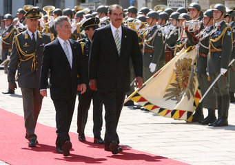 Austria's President Fischer and Mexico's President Fox review the honour guard in Vienna