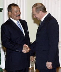 RUSSIAN PRESIDENT PUTIN SHAKES HANDS WITH YEMEN LEADER SALEH IN MOSCOW.