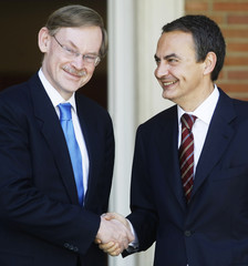 Spanish PM Zapatero shakes hands with World Bank President Zoellick at Madrid's Moncloa Palace