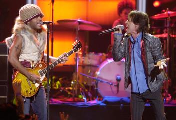 MICK JAGGER AND LENNY KRAVITZ PERFORM AT MY VH1 MUSIC AWARDS.
