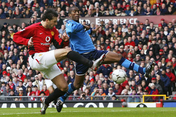 MANCHESTER UNITED'S VAN NISTELROOY SCORES UNDER PRESSURE FROMMANCHESTER CITY'S DISTIN IN THER ENGLISH ...