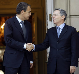 Spanish Prime Minister Zapatero shakes hands with Colombian President Uribe at Madrid's Moncloa Palace