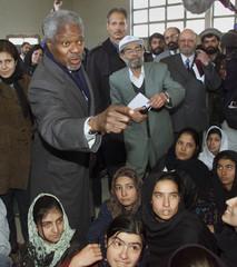 U. N. SECRETARY GENERAL KOFI ANNAN VISITS A SCHOOL IN KABUL.
