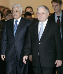 Polish President Kaczynski arrives at the presidential palace with Palestinian President Abbas in Warsaw