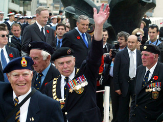 Canadian Prime Minister Jean Chretien (L) and French Prime Minister Jean Pierre Raffarin during  WWI..
