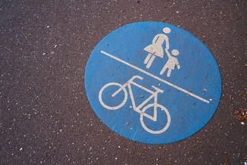 Weg für Radfahrer und Fußgänger in der Innenstadt von Magdeburg