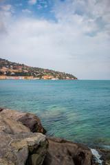 Sur la digue du port de Porto Santo Stefano en Toscane