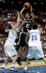 Spurs Tim Duncan shoots against Magic's Pat Garrity and Hedo Turkoglu in Florida