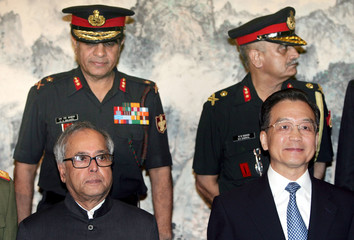 Chinese Premier Wen and Indian Defence Minister Mukherjee pose for photo in Beijing