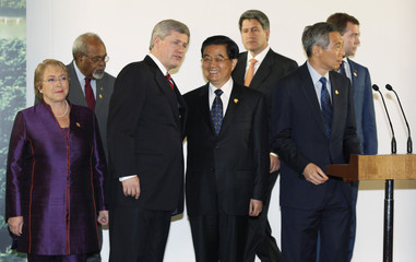 Canada's PM Harper talks with China's President Hu at the declaration ceremony at the end of the the APEC Summit in in Singapore