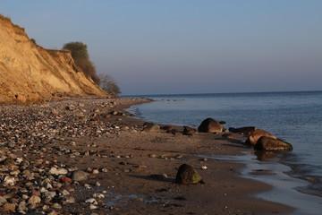 malerischer Strand mit Steilufer und Steinen im Dänischen Wohld an der Ostsee, Schleswig-Holstein, Deutschland