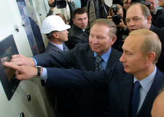 RUSSIAN PRESIDENT PUTIN AND HIS UKRAINIAN COUNTERPART KUCHMA VISITDNIPROVSKA HYDROELECTRIC POWER PLANT.