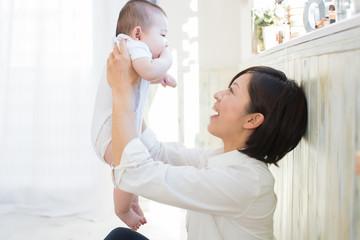 ママにあやしてもらう赤ちゃん