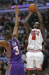Chicago Bulls' Deng shoots on Phoenix Suns' Diaw during the first half of their NBA game in Chicago