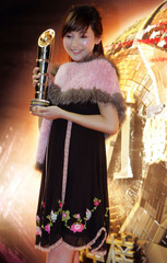 Chinese singer Jin Sha poses with award during Channel V Chinese Music Awards 2006 presentation in Hong Kong