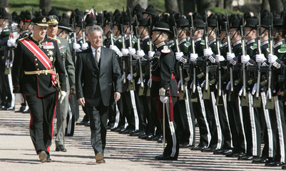 Norway's King Harald and Austria's President Heinz Fischer review guard of honour during welcoming ceremony in Oslo