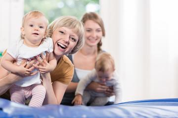 Kleinkinder und Mütter im Babykurs