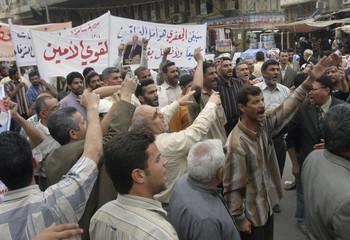 Iraqi men demonstrate in support of Prime Minister Jaafari in Baghdad