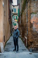 Jeune homme dans les rues de Pitigliano en Toscane