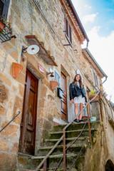 Fillette dans les rues de Pitigliano en Toscane
