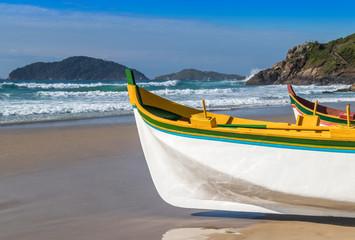 Canoas a remo para pesca artesanal.