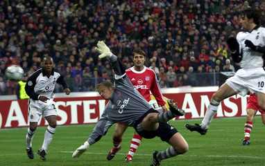 VAN NISTELROOY OF MANCHESTER UNITED SCORES AGAINST FC BAYERN MUNICHDURING CHAMPIONS LEAGUE MATCH.