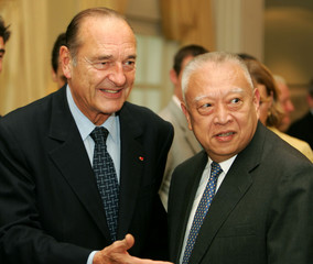 French President Jacques Chirac (L) meets Hong Kong Chief Executive Tung Chee Hwa at the Government ..