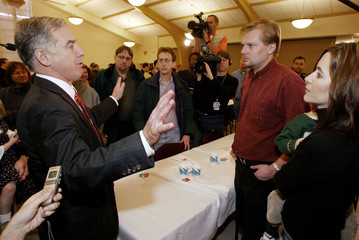 US DEMOCRATIC PRESIDENTIAL CANDIDATE HOWARD DEAN MEETS WITH VOTERS IN IOWA.