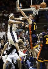 New Jersey Nets Carter passes over Golden State Warriors Murphy.