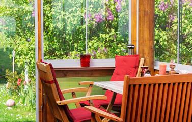 Terrasse, Wintergarten im Mai zur Fliederblüte