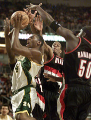 SATTLE SUPERS SONICS DESMOND MASON IS FOULED BY TRAIL BLAZERS DRIVINGTO THE HOOP.