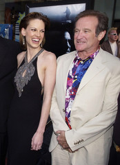 "Actors Robin Williams (R) and Hilary Swank, who co-star in the motion picture thriller ""Insomnia"" po.."