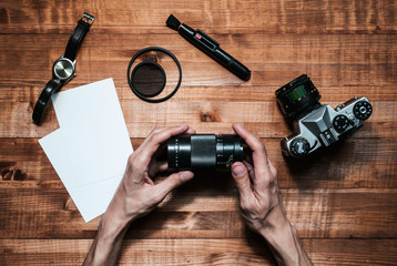 руки фотографа на деревянном столе