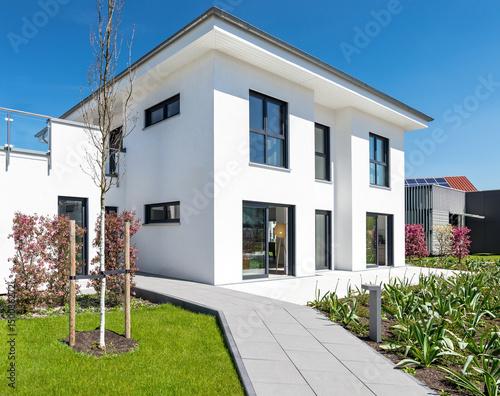hochwertiges einfamilienhaus mit garten stockfotos und lizenzfreie bilder auf. Black Bedroom Furniture Sets. Home Design Ideas