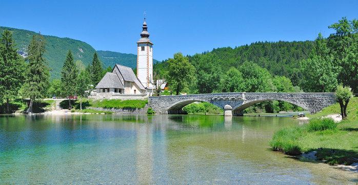die Kirche Sveti Janez am Bohinjsee im Triglav Nationalpark,Slowenien