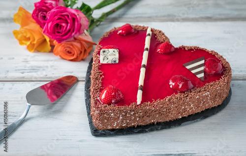 Erdbeerkuchen In Herzform Mit Rosen Auf Weißem Holztisch Zum Valentinstag  Oder Muttertag