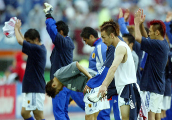 JAPAN'S HIDETOSHI NAKATA LEADS HIS TEAM IN ACKNOWLEDGING THE CROWD INSENDAI.