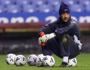 ENGLAND GOALKEEPER DAVID SEAMAN WATCHES TEAM MATES TRAINING AT VILLA PARK.