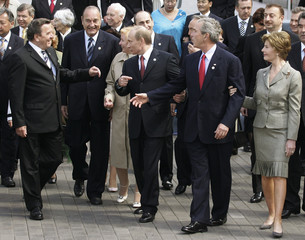 Russian President Putin points out US President Bush to German Chancellor Schroeder and French ...