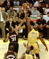 LA LAKERS SHAQUILLE O'NEAL GETS TIP OFF.