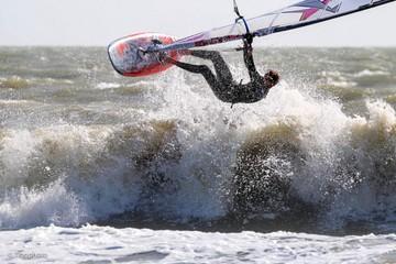 Saut dans la vague avec une Planche à voile