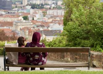 Familienleben - Frau mit Kopftuch und ihrer Tochter