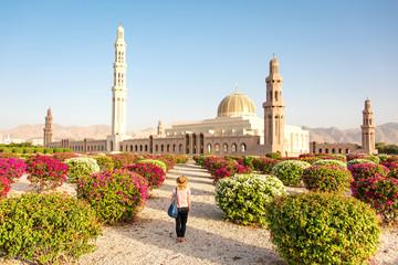 Turystka patrząca na Wielki Meczet w Muscat.