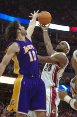 Cleveland Cavaliers' LeBron James shoots over Lakers' Vladimir Radmanovic in Cleveland