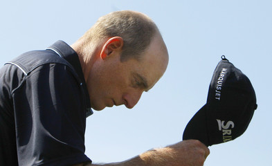 Jim Furyk of the U.S. tips his hat to the crowd after sinking a par putt on the 18th green during first round play at the 2009 Masters golf tournament at the Augusta National Golf Club in Augusta,