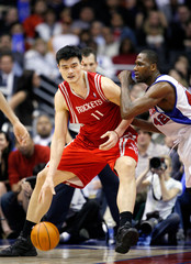 Los Angeles Clippers' Brand defends Houston Rockets' Yao Ming during second half of their NBA game in Los Angeles