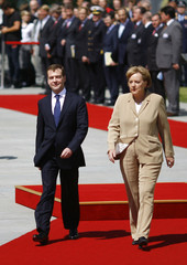 German Chancellor Merkel and Russia's President Medvedev inspect guard of honour in Berlin