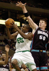 CELTICS WILLIAMS DRIVES PAST GRIZZLIES REEVES.